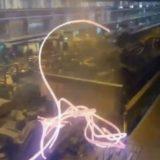 ببینید | لحظه وحشتناک خروج تیر آهن از خط تولید